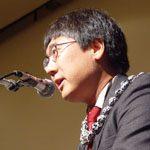 Jeffrey Okamoto with a lei on giving a speech.